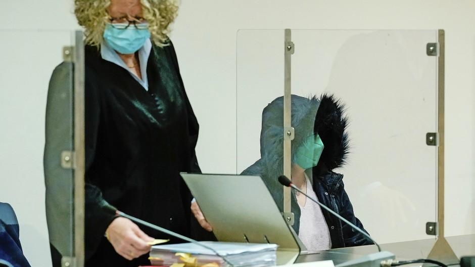 Zunächst sediert, dann die Pulsadern aufgeschnitten, so lautet der Vorwurf gegen Angelika H. (rechts) und die Ehefrau des Opfers.