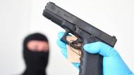 Die Ermittler haben mehrere Waffen bei dem mutmaßlichen Händler sichergestellt, der dem Amokschützen von München mit einer Pistolen beliefert haben soll.