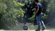 Polizisten untersuchen am Mittwoch die Stelle des Tibers, an der zwei Tage zuvor der Leichnam des Austauschstudenten gefunden worden war.