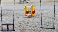 Eine leere Schaukel auf einem Spielplatz in Dresden (Archivbild). Statistiker halten den Trend zur zunehmenden Kinderlosigkeit für gestoppt.