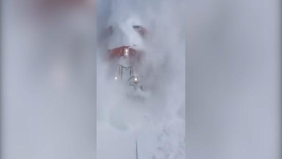 Zug bricht durch massive Schneewand