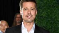 """Gut gelaunt, wie schon lang nicht mehr: Brad Pitt während der Premiere seines Film """"The Allied"""" in Kalifornien."""