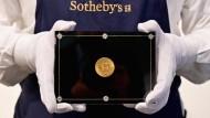Den Doppeladler-Münze dürfte es gar nicht geben, da die Münzen dieses Jahrgangs aufgrund des damaligen Verbots in den Vereinigten Staaten, Gold zu besitzen, eingeschmolzen werden sollten.