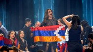 Die armenische Delegation um Sängerin Iveta Mukutschjan mit der verbotenen Flagge der Region Bergkarabach