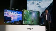Tim Baxter, Präsident von Samsung Electronics America präsentiert die neuen Samsung SUHGTV Quantum Dot Display Fernseher.