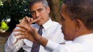 Langjährige Freundschaft: Schauspieler George Clooney (links) und Barack Obama (damals noch Präsident) unterhalten sich im Oktober 2010 im Garten des Weißen Hauses in Washington über die Lage in Sudan.