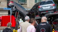 Schaulustige bei einem Unfall (Archivbild): Niedersachsen will das Behindern von Rettungskräften unter Strafe stellen.