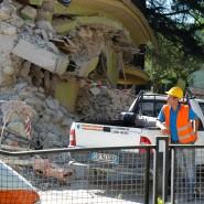 Ein Hilfsarbeiter schaut am Freitagmorgen auf das Ausmaß der Zerstörung in Amatrice. Dort gab es jetzt Nachbeben.