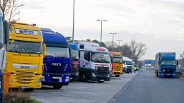 Lastwagen überrollt junge Frau auf Autobahnraststätte