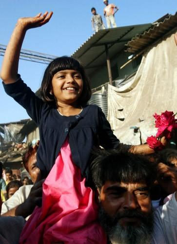 Das Filmteam wurde am Donnerstag in Indien wie ein siegreiches Heer empfangen: Darstellerin Rubiana Ali in Siegerpose