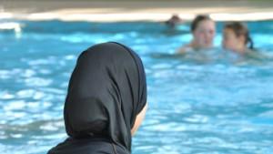 Muslimische Mädchen müssen schwimmen lernen