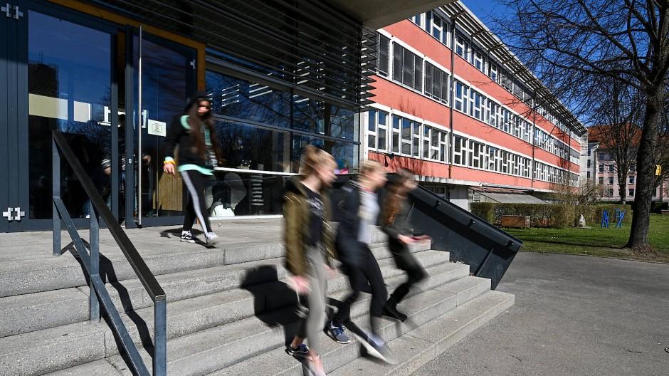 In einer Schule bei Heidelberg musste eine Schülerin eine Strafarbeit anfertigen, weil sie auf dem Schulhof in ihrer Muttersprache redete. (Symbolbild)