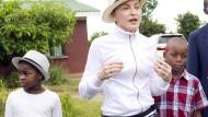 Schon vor Jahren schaute sich Madonna in einem malawischen Waisenheim um (Archivaufnahme aus dem April 2013) . Jetzt hat ein Gericht ihr die Adoption von Zwillingen erlaubt.