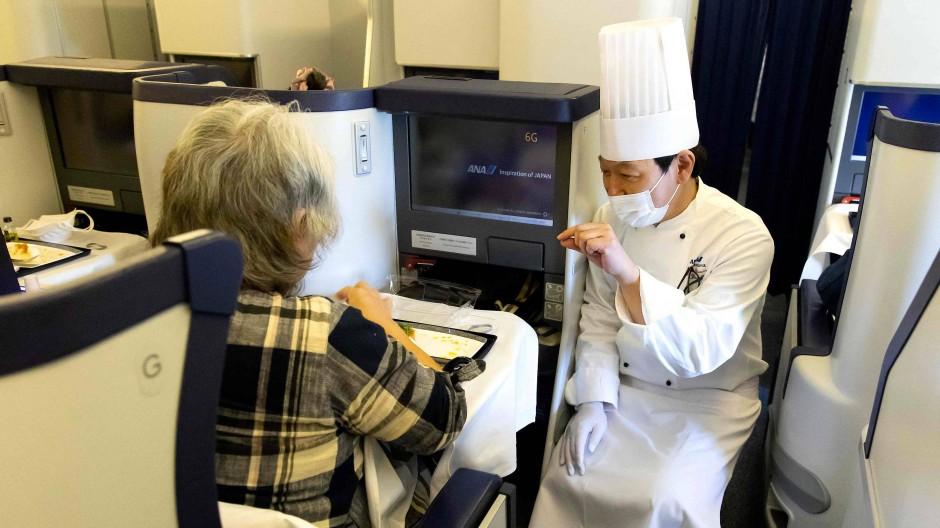 Der Chefkoch erklärt das Menü im geparkten Flugzeug am Haneda-Flughafen von Tokio.