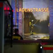 Feuerwehrleute löschen einen Brand in der Ladenzeile des U-Bahnhofs Onkel Toms Hütte.