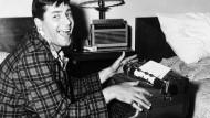 """Das Klappern der Schreibmaschine: Komiker Jerry Lewis scheint es 1956 bei den Dreharbeiten zum Film """"Wo Männer noch Männer sind"""" gern zu hören."""