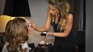 Auch ohne persönlichen Make-Up-Artist kann man sich mit Bronzer den Sommerteint ins Gesicht zaubern.