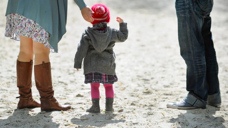 In die Erziehung sollte der Neue sich besser nicht einmischen: Es wäre unverschämt, dem betreffenden Elternteil das Kind auszuspannen.