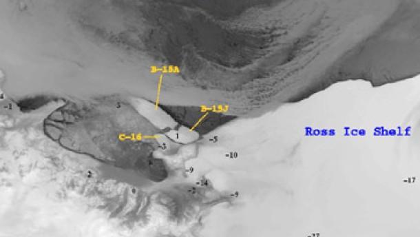 Riesiger Eisberg im Sturm zerborsten