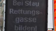 """Eine Leuchttafel zur Verkehrsführung mit der Aufschrift """"Bei Stau Rettungsgasse bilden!"""" ist am Ende März 2017 in Erfurt zu sehen. Bei einem Unfall mit sieben Verletzten in Hessen wurde wieder einmal keine Rettungsgasse gebildet."""