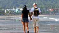 Als wäre nichts gewesen: Ein Urlauberpaar am Patong-Strand in Phuket