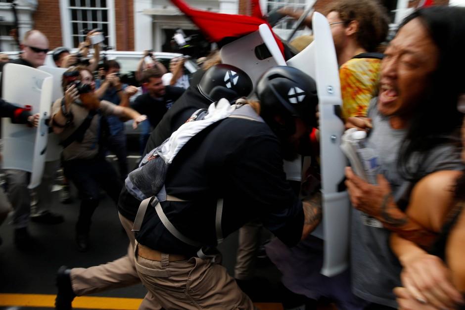 Mit Schlagstöcken und Schildern gingen Mitglieder der rechtsnationalistischen Bewegung gegen Gegendemonstranten in Charlottesville vor.