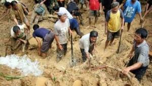 Slumbewohner unter Müll und Schlamm begraben