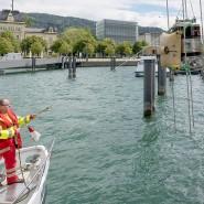 Der Winzer Möth aus Bregenz hat im Bodensee zwei 1000-Liter-Tanks mit Rot- und Weißwein versenkt. Hier wird eines der Fässer mit Hilfe eines Kranes geborgen.