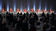 Der Zweite Senat beim Bundesverfassungsgericht eröffnet in der Messe Karlsruhe die mündliche Verhandlung über die Aufstockung der staatlichen Parteienfinanzierung.