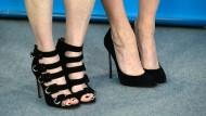 Stockelschuhträgerinnen in Berlin (Archivbild). Wer solche Schuhe trägt, muss aufpassen, hat ein Gericht in Hamm entschieden.