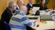 Die Angeklagten Peter G. (vorne) und Paul K. (rechts) sitzen im April 2016 zu Prozessbeginn im Sitzungssaal im Landgericht Coburg. Jetzt sind sie verurteilt worden.