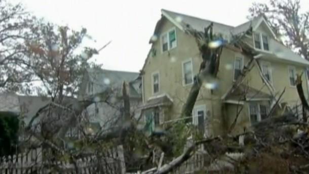 Am Montagabend (01.00 Uhr MEZ) traf der Hurrikan in der Nähe von Atlantic City auf das Festland. Millionen Menschen waren ohne Strom, es gab erste Berichte über Tote.