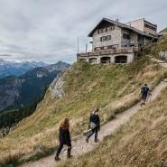 Wanderer gehen zur Bad Kissinger Hütte des Deutschen Alpenvereins (DAV).