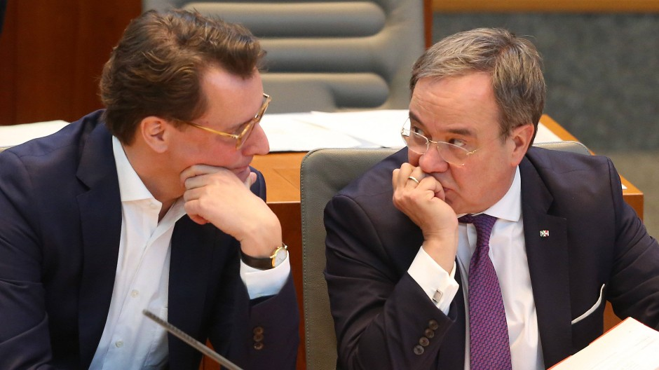 Potenzieller Nachfolger: Der nordrhein-westfälische Verkehrsminister Hendrik Wüst (links) spricht mit Ministerpräsident Armin Laschet.