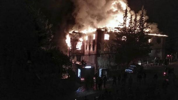 Zwölf Tote bei Feuer in Mädchenwohnheim
