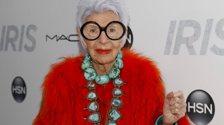 Große Brille, dicker Schmuck, rote Lippen: Apfel ist berühmt für einen Look, den nur ein grundsätzlich neugieriger Mensch über Jahrzehnte kultivieren konnte.