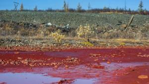 Blutroter Fluss wegen Industrieunfalls in Russland