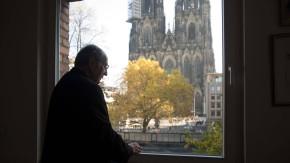 Gerne auch mal allein: Kardinal Meisner genießt einen echt Kölner Ausblick.