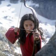 Mitten ins Herz, aber nicht zu romantischen Zwecken: Mulan (Yifei Liu) zielt unter anderem auf einen völlig neuen Markt, nämlich das vom klassischen Vorführsaal endgültig abgekoppelte Filmwesen.
