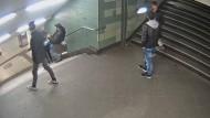 Der Moment der Attacke, aufgenommen von einer Überwachungskamera am U-Bahnhof Hermannstraße