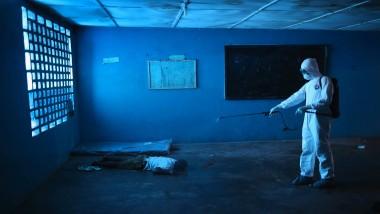 Elendiges Ende: Ein Krankenpfleger desinfiziert die Leiche eines Mannes, der in einer Grundschule in Monrovia, der Hauptstadt Liberias, gestorben ist. Die Schule wird als Isolierstation genutzt, Medikamente fehlen.