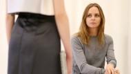 """""""Ein grauer Melange-Pullover sollte einen Platz im Leben haben"""": Stella McCartney in Berlin."""