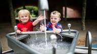 Für Kinder unwiderstehlich: die Wasserpumpe.