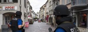Die Schweizer Polizei sucht in der Altstadt von Schaffhausen nach dem Täter.