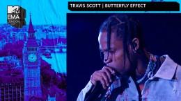 Travis Scott performt auf dem Rücken eines Adlers
