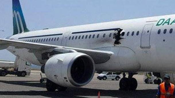 Explosion zwingt Flugzeug zur Umkehr