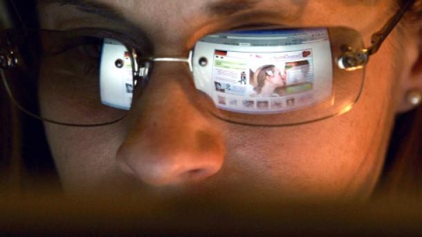 Die Hälfte der zwölf Millionen Singles in Deutschland sucht einen Partner im Internet
