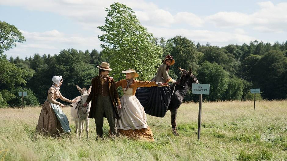 Nimmt das mit den Eseln sehr ernst: Betsey Trotwood (Tilda Swinton, Mitte im gelben Shirt)