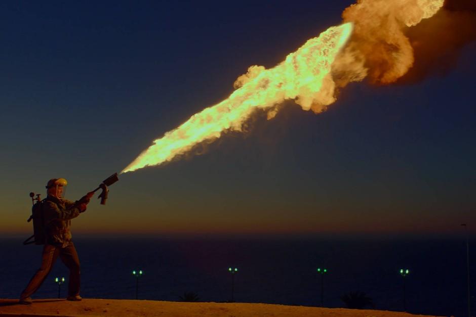 """""""Ein Stoß kochendes Wasser aus einem Elefantenrüssel"""": Emas Feuerwerfer gehört  nun zu den Kinorequisiten wie Nicholsons Axt."""