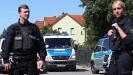 """Erst vor zwei Wochen war es in Sachsen-Anhalt zu einer Schießerei gekommen, als das Haus eines """"Reichsbürgers"""" geräumt wurde (Foto vom 25. August). Jetzt  hat sich ein Mann derselben Gesinnung über Stunden mit seinem pflegebedürftigen Vater verschanzt."""